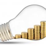 Bombilla y monedas representando los costes de la luz