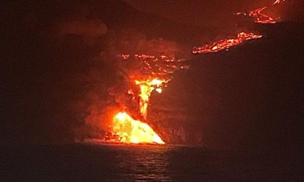 Las coladas de lava han llegado a la costa de La Palma durante la noche